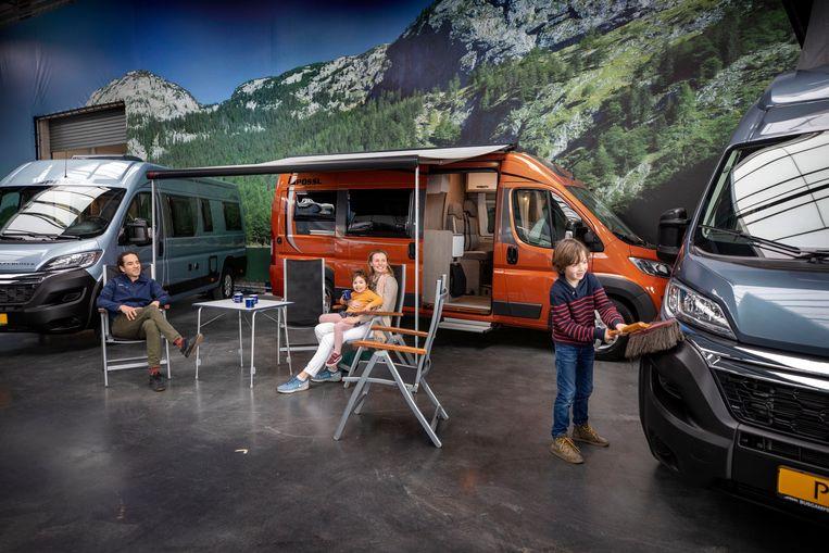 Ralph Ramdhani, eigenaar van Buscamper Nederland, de grootste aanbieder van kampeerbusjes van het land met zijn vrouw Tessa en kinderen. Beeld Werry Crone