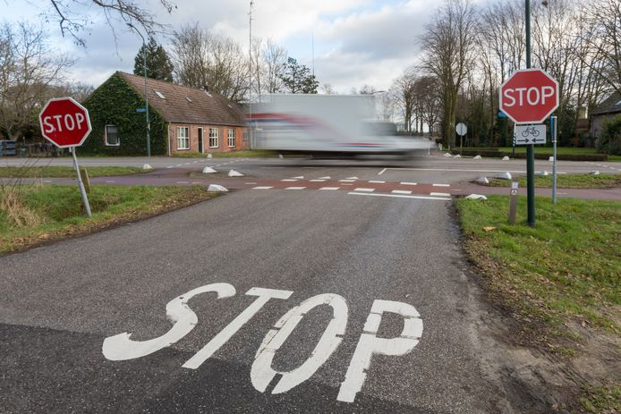 Kruising Broekenseind, Heuvel, De Fluiter, De Horstenbleek in Hoogeloon. Op het kruispunt gebeuren regelmatig ongelukken.
