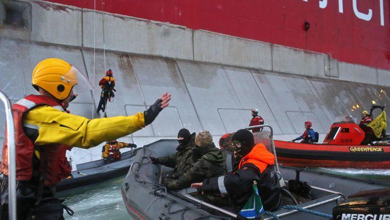 De Russische kustwacht houdt activisten van Greenpeace aan. Foto vrijgegeven door Greenpeace. Beeld EPA