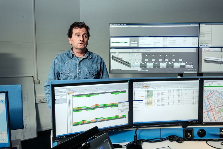 Peter Spaargaren, teammanager verkeersleiding, in de controlekamer van het GVB. Beeld Jakob Van Vliet