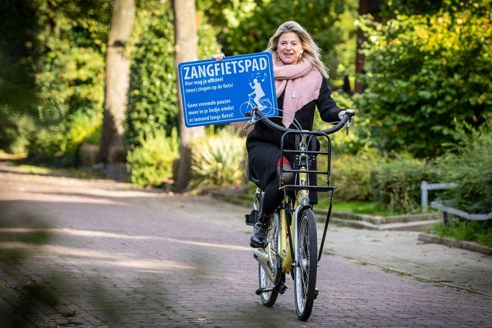 Zangcoach Anke Engelbertink nam het initiatief voor het Zangfietspad.