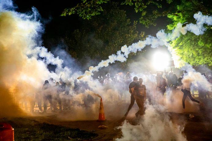 De politie zet traangas in in de buurt van het Witte Huis.