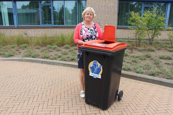 Editie Achterhoek; wethouder Anjo Bosman met variant op de PMD-bak zoals die dit najaar bij bijna alle Berkellandse huishoudens zou worden bezorgd.