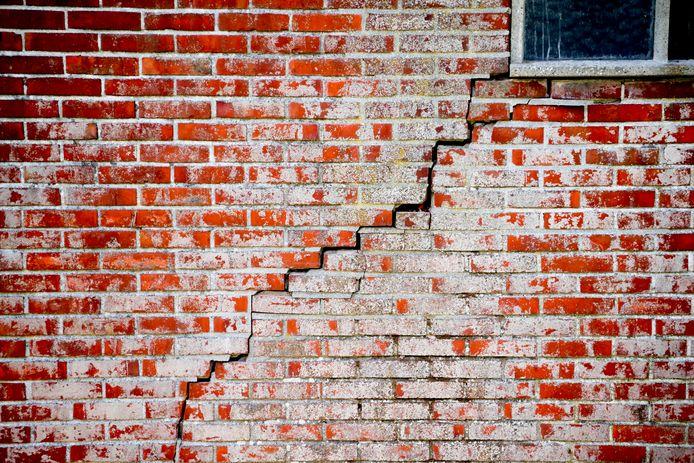 Scheur in de muur in het aardbevingsgebied in de provincie Groningen