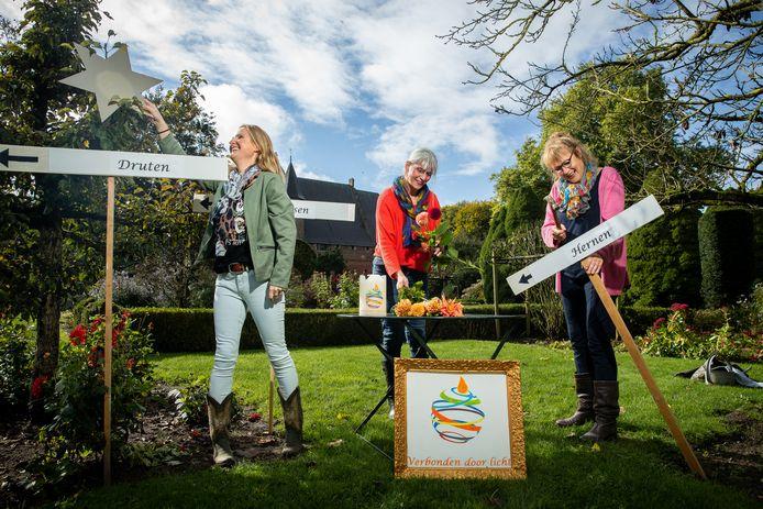 Marieke van de Klok, Henriette van den Beld en Els Klarenbeek bezig met het opzetten van het ritueel bij Kasteel Hernen.