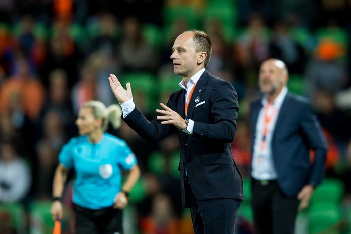 Bondscoach Mark Parsons tijdens de WK-kwalificatie wedstrijd tussen Nederland en Tsjechië.