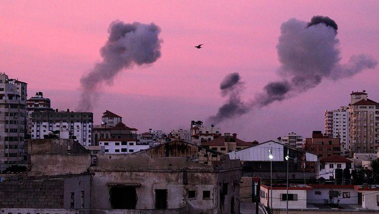 Rook stijgt op vanuit Gaza-stad na een Israëlische raketaanval. Beeld EPA