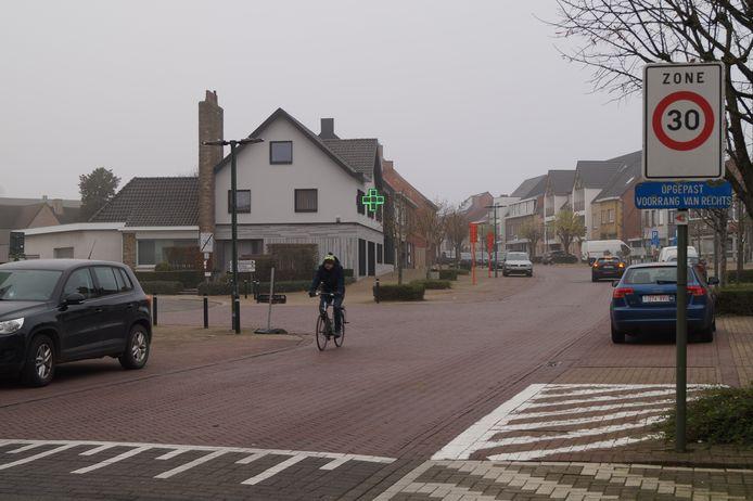 De Tieltstraat in Pittem zou sinds maandag veel extra zwaar verkeer te slikken krijgen door de werken