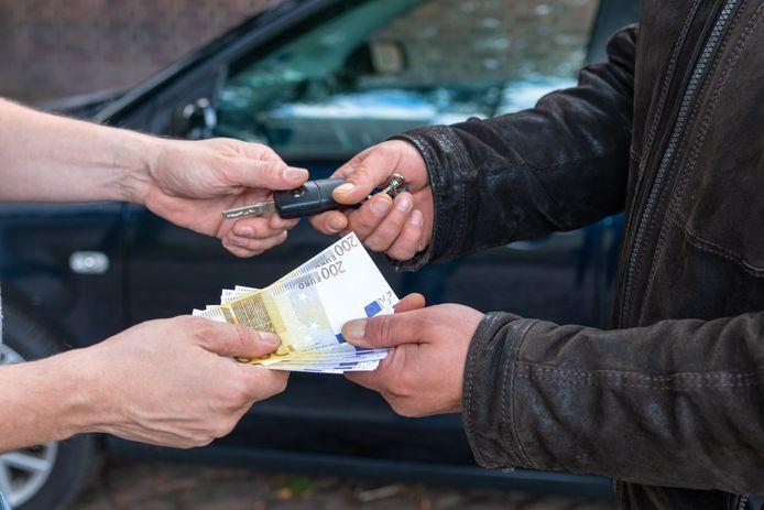 In de autoverkoop wordt nog steeds vaak contant betaald.