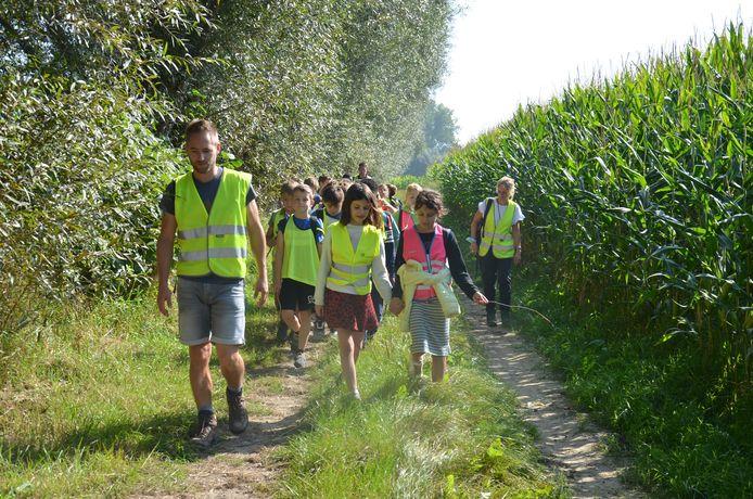 De leerlingen van vierde leerjaar van het Hartencollege Basisonderwijs Meerbeke tijdens hun sponsortocht om de heropbouw van scholen in Wallonië die door het noodweer werden verwoest te steunen.