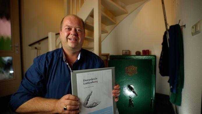 Jeroen Jansman van de Dorpskwis Luttenberg met het Kwisboek, het 'best bewaarde geheim van Luttenberg'.