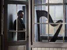 Remy van Kesteren speelt hedendaagse muziek in Terneuzen: 'Harp hoeft niet mooi te klinken'