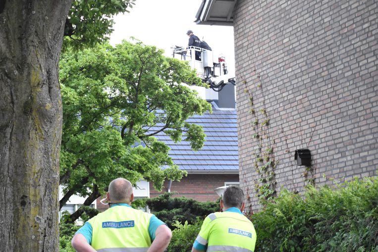 Hulpdiensten zijn toegesneld na een melding van een verwarde man op het dak van een woning in Eindhoven. Beeld Hollandse Hoogte / Nederlandse Freelancers