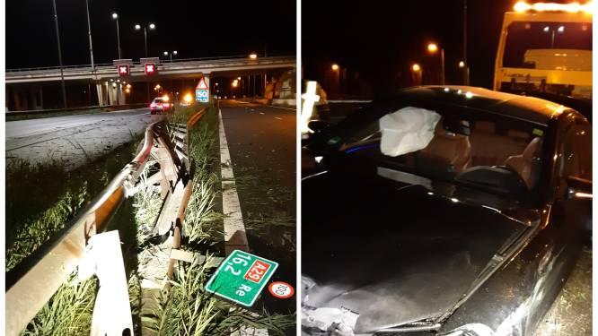 Automobilist rijdt deel vangrail kapot op A29 bij Oud-Beijerland