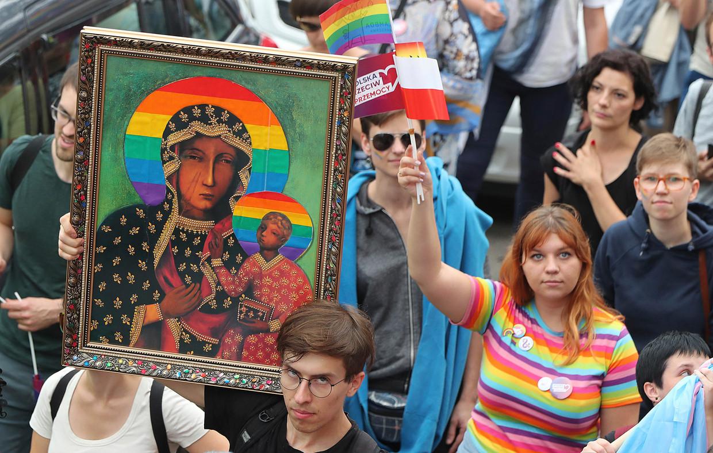 Deelnemers aan de eerste gay pride in het Poolse stadje Plock.
