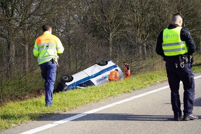 Het busje vloog vrijdagochtend van de afrit op de A27 bij Breda.