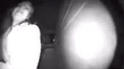 VIDEO. Het moment waarop vrouw wanhopig op een deur klopt om aan haar 'ontvoerder' te ontsnappen