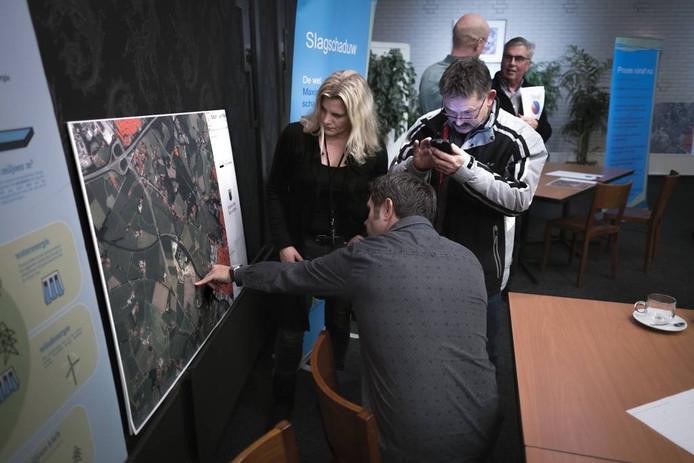 Bezoekers bekijken de plek waar de windturbines gepland zijn.