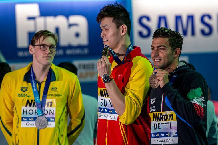 De Australische zwemmer Mack Horton (links) won het zilver op de 400 meter vrije slag, maar toonde zondag zijn ongenoegen door tijdens de prijsuitreiking zijn afstand te houden van gouden medaillewinnaar Sun.  Beeld EPA