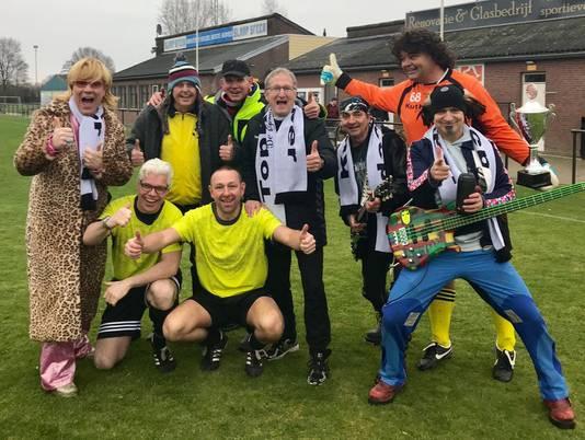 De Sjonnies en Eric Meijers te midden van enkele figuranten tijdens de opnames van de carnavalskraker Kutkeeper.