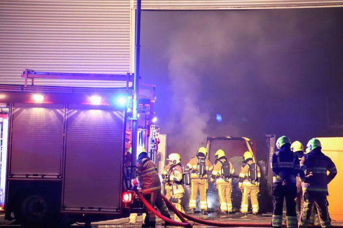 De brandweermannen zijn de brand in Tiel aan het blussen.