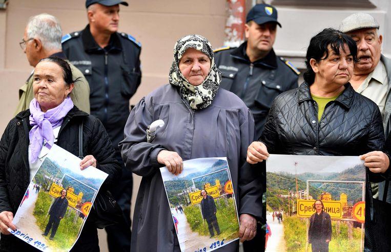 Vrouwen uit Srebrenica protesteren tegen Nobelprijswinnaar Peter Handke, die in de Joegoslavische burgeroorlog de kant van Servië koos. Beeld AFP