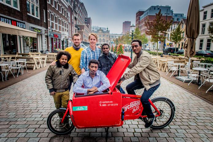 Marcel Kleizen (geruit shirt) en Paul Driest met Eritreeërs die met de fietstaxi willen gaan rijden.