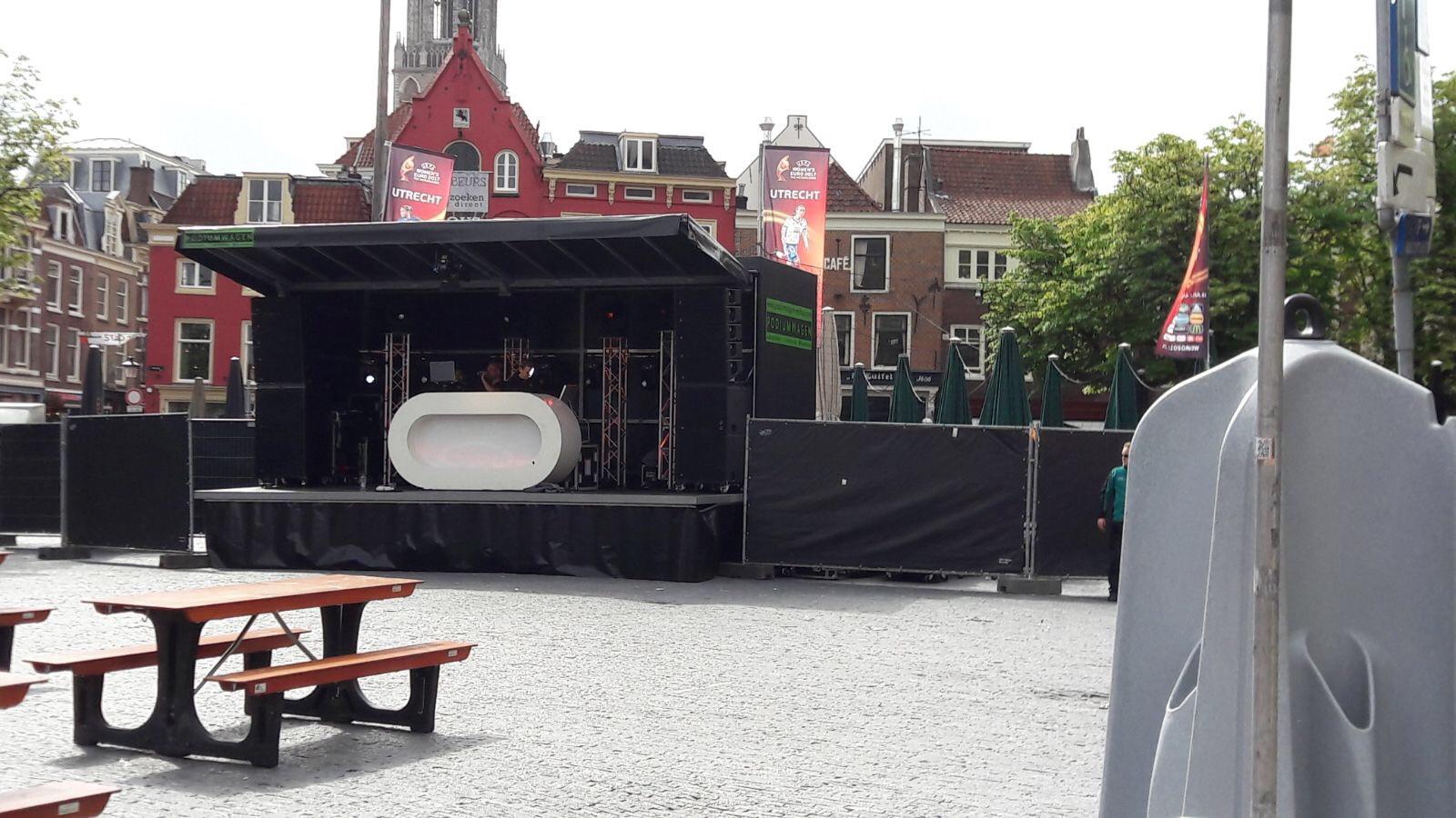 Op de Neude is een podium opgebouwd.