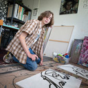 Kunstenaar Mees van de Voren (17) in zijn atelier.