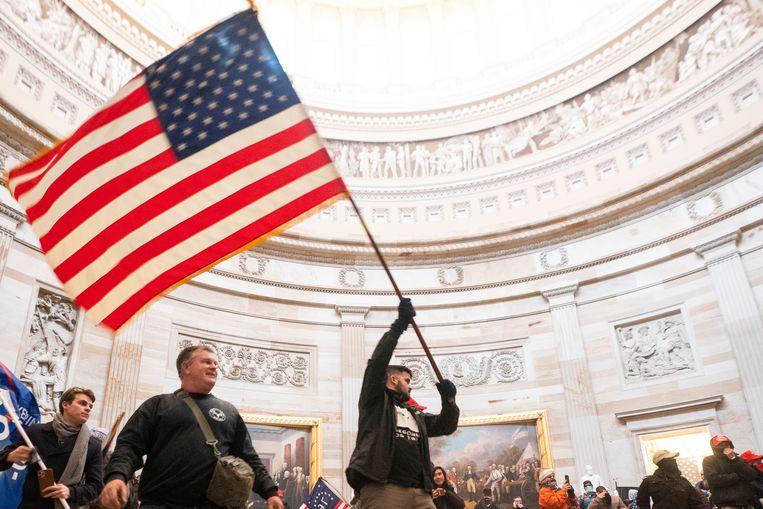 Een demonstrant zwaait met de Amerikaanse vlag in de Rotonde. Beeld EPA