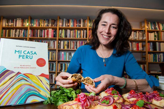 Natuurlijk nam Katinka Lansink Dodero wat lekkers mee naar het interview. In dit geval empanadas. De naam komt van het Spaanse werkwoord empanar, dat letterlijk inpakken of inwikkelen met brood betekent.