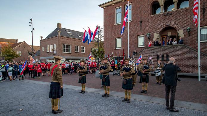 Firebrigade Pipes & Drums uit Gemert recentelijk tijdens de bevrijdingsviering op het Koningsplein in Asten.