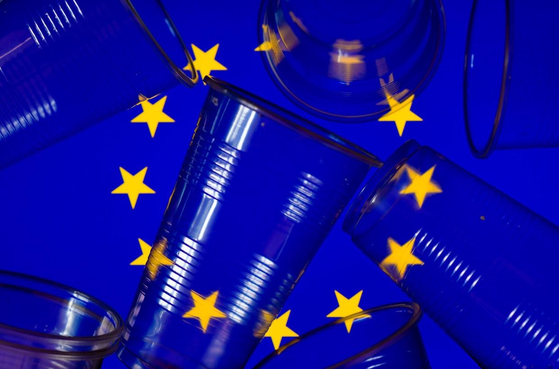 Sinds 1 juli zijn zaken als plastic bestek en bordjes, plastic wattenstaafjes en plastic rietjes verboden in de hele Europese Unie. Beeld EPA