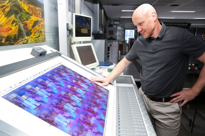 Andree Bergman bij zijn vierkleuren offset pers met LED UV droging.