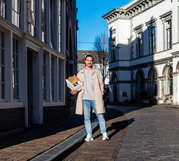 Björn van der Toorn runt een horeca-onderneming op Mallorca, maar helpt nu zijn broertje in Dordrecht.