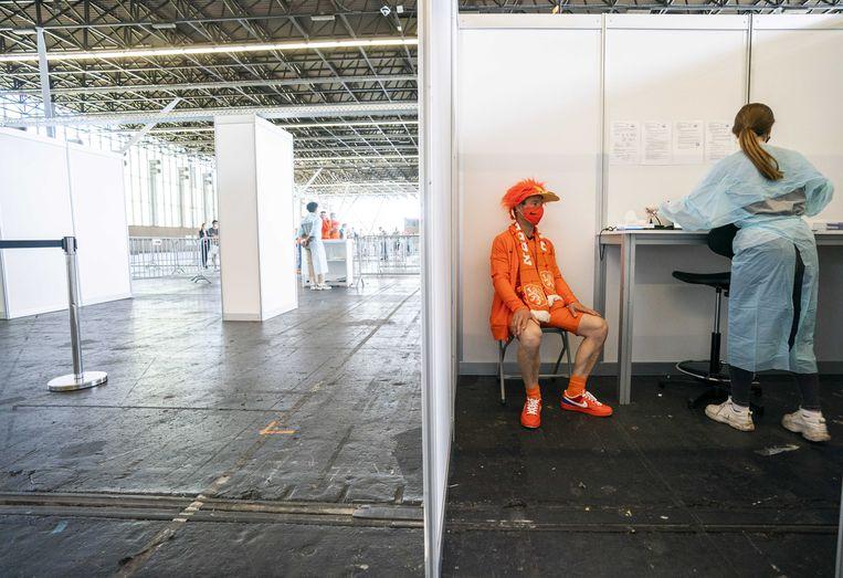 Oranjefans tijdens een coronatest in de RAI voorafgaand aan de voetbalwedstrijd tijdens het EK voetbal van Nederland tegen Oekraine.  Beeld ANP