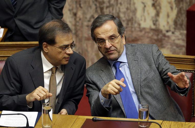 Griekse premier Antonis Samaras (R) met zijn minister van Financiën Gikas Hardouvelis. Beeld ap