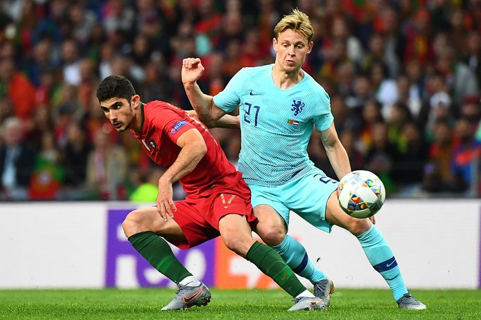 Frenkie de Jong in duel met Gonçalo Guedes in de finale van de Nations League op 9 juni 2019.