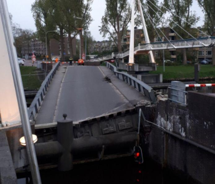 De schade aan de brug bij daglicht.