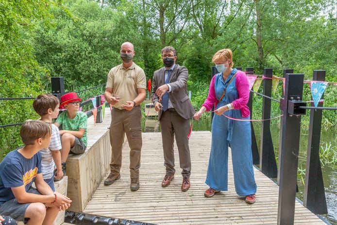 Boswachter Reinhart  en schepen Marius Meremans en Lien Verwaeren knippen het lintje bij wijze van officiële opening van het trekveer.