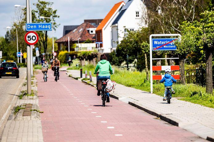 Het plaatsnaambord Den Haag op de Noordweg, ter hoogte van VELO. Het bord wordt verplaatst richting de gemeentegrens van Westland en Den Haag bij de Kwaklaan.