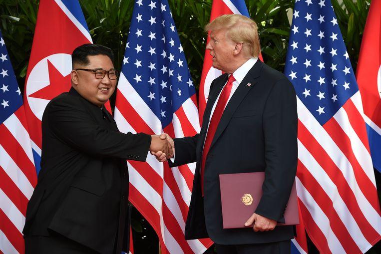 De Noord-Koreaanse leider Kim Jong-un en de Amerikaanse president Donald Trump schudden elkaar de hand in Singapore. Beeld REUTERS