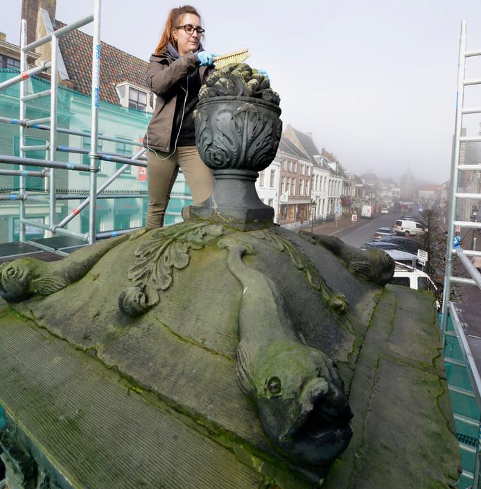 Vorig jaar kreeg de pomp in de Voorstraat nog een onderhoudsbeurt. Op de foto Sanne Wynants.