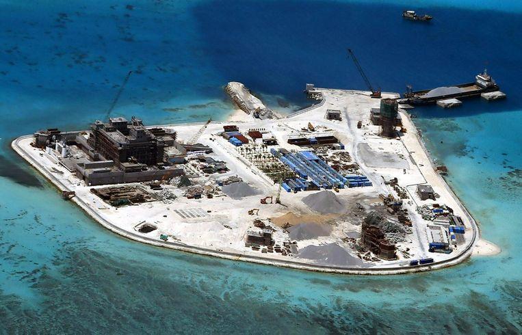 Een van de kunstmatig opgespoten eilanden van China in de Zuid-Chinese Zee. Beeld epa