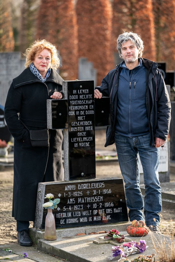 Jeanette en Fred Mathijsen bij het graf van Ans Mathijsen en haar vriendin Annij Doreleijers. De achternaam van Ans Mathijsen is op haar graf verkeerd gespeld.