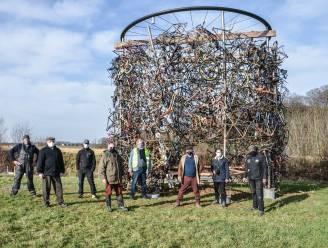 """Wielermonument is niet zomaar naar Parike verhuisd: """"Kunstwerk start nieuw leven op plaats die feestlocatie wordt"""""""