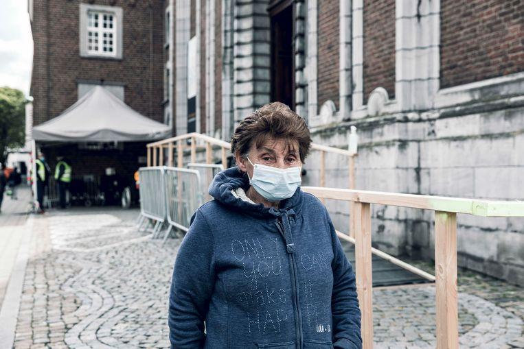 Ontslag? Zo'n vaart hoeft het voor Christine Mathijs (72), die in het vaccinatiecentrum werkt, niet te lopen. Beeld Karolien Coenen