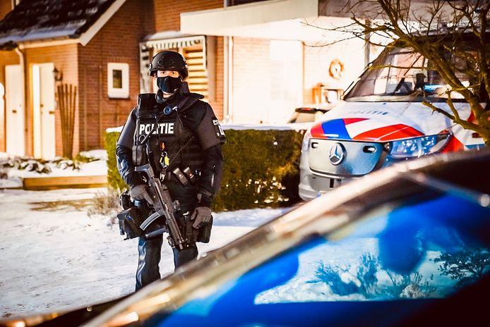 Gewapende agenten met automatische wapens beveiligden zaterdag 13 februari de woning aan de Wezel in Veldhoven. Op straat maar ook in de paden en wegen rond de woning stonden overal agenten van de speciale bewakingseenheid.