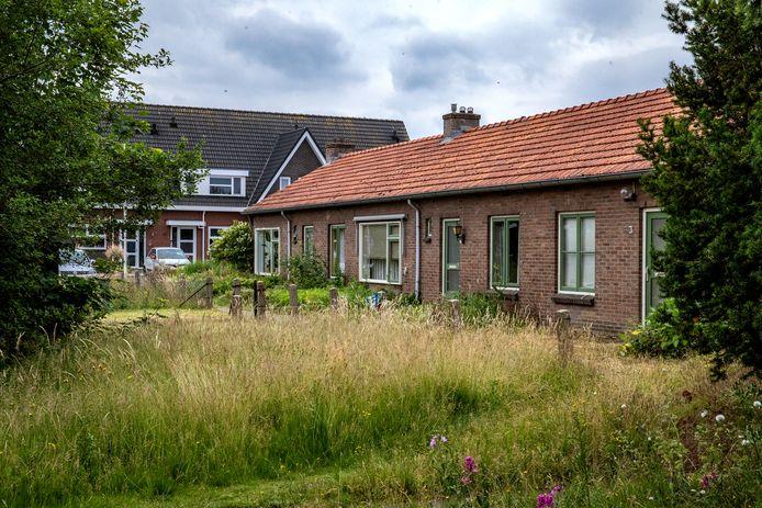 Ferco van Breukelen woont aan de Joke Smitlaan en wil dat de vervallen montagewoningen naast zijn huis zo snel mogelijk verdwijnen.