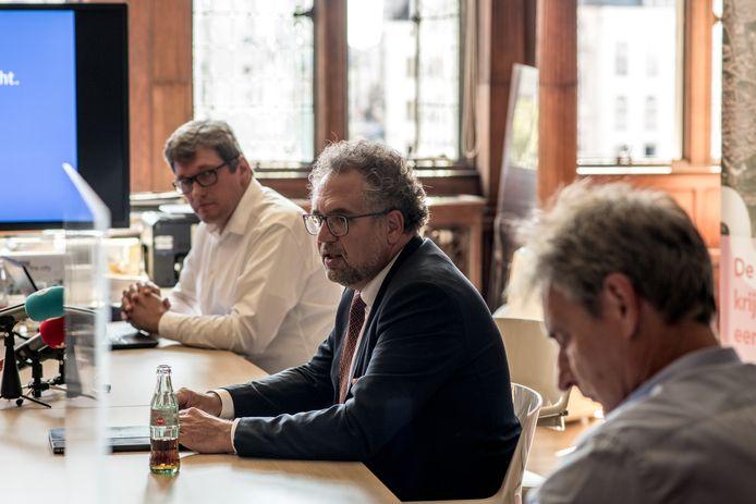 Michael Bastiaens (links) en Koen Kennis (midden) tijdens de persconferentie.